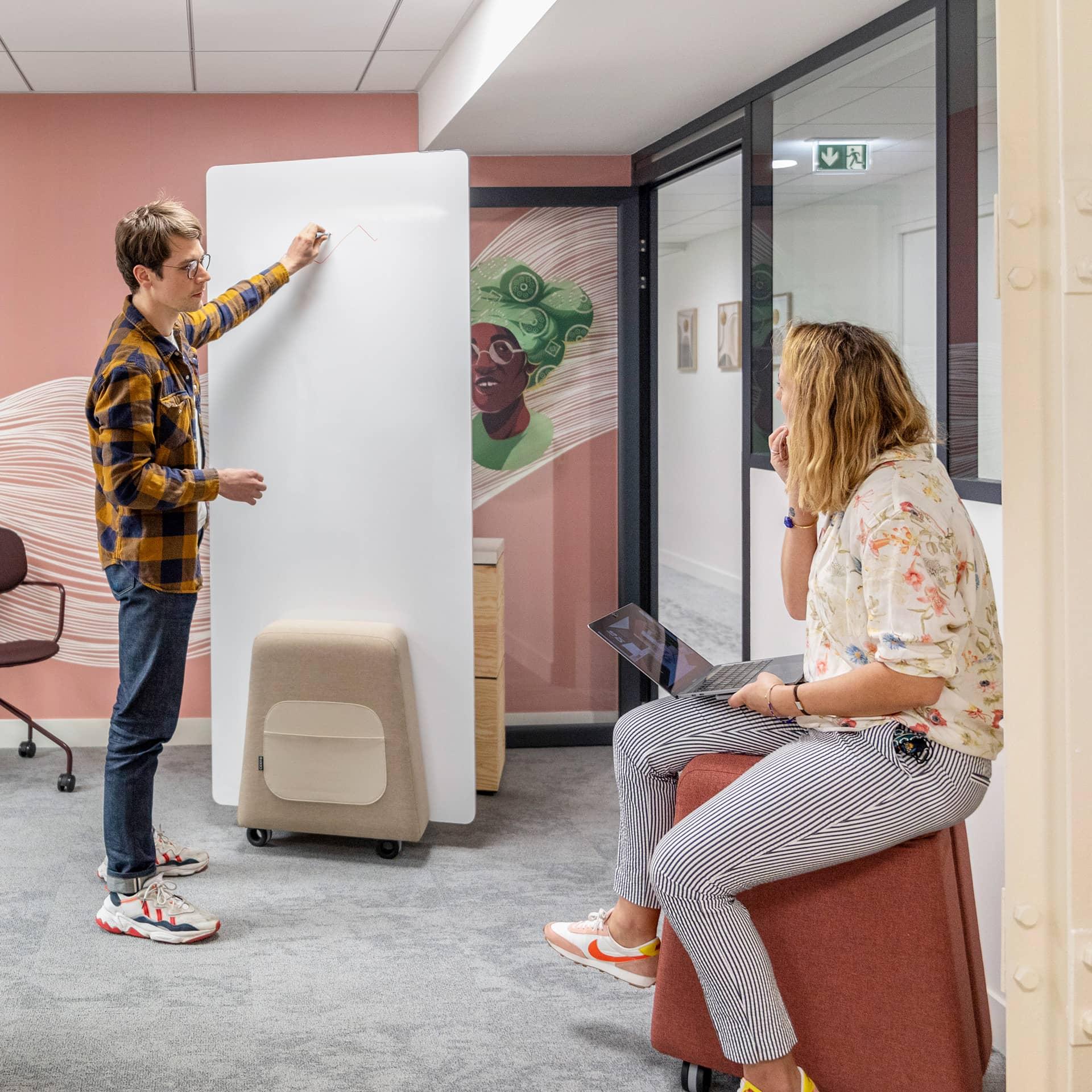 Le Centre d'Accélération Digitale situé à deux pas de la gare Saint-Lazare à Paris s'étend sur deux niveaux et sur 800 m²